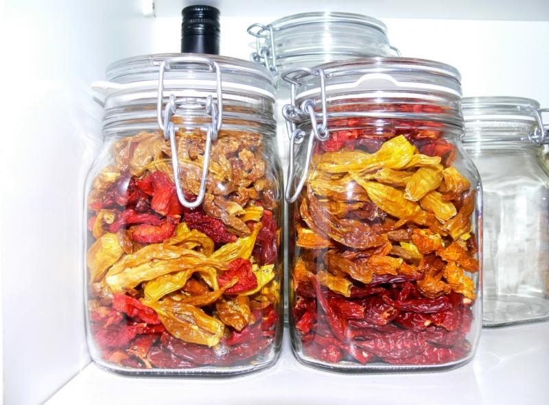 Kuivattuja chilejä lasipurkkeihin säilöttynä